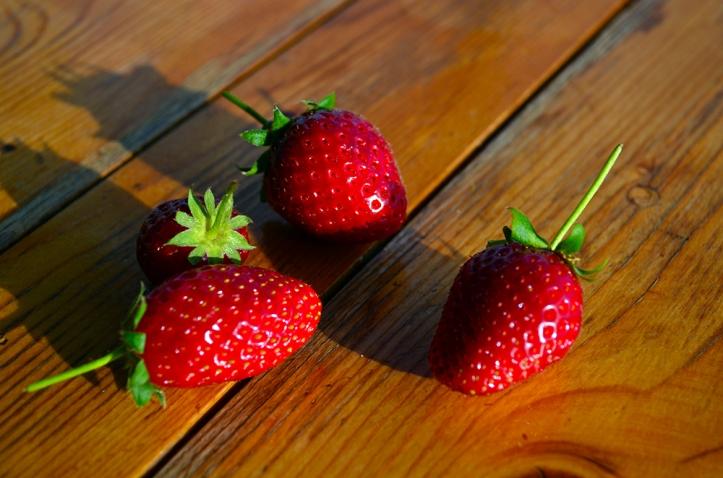 tahta masada 4 kırmızı çilek